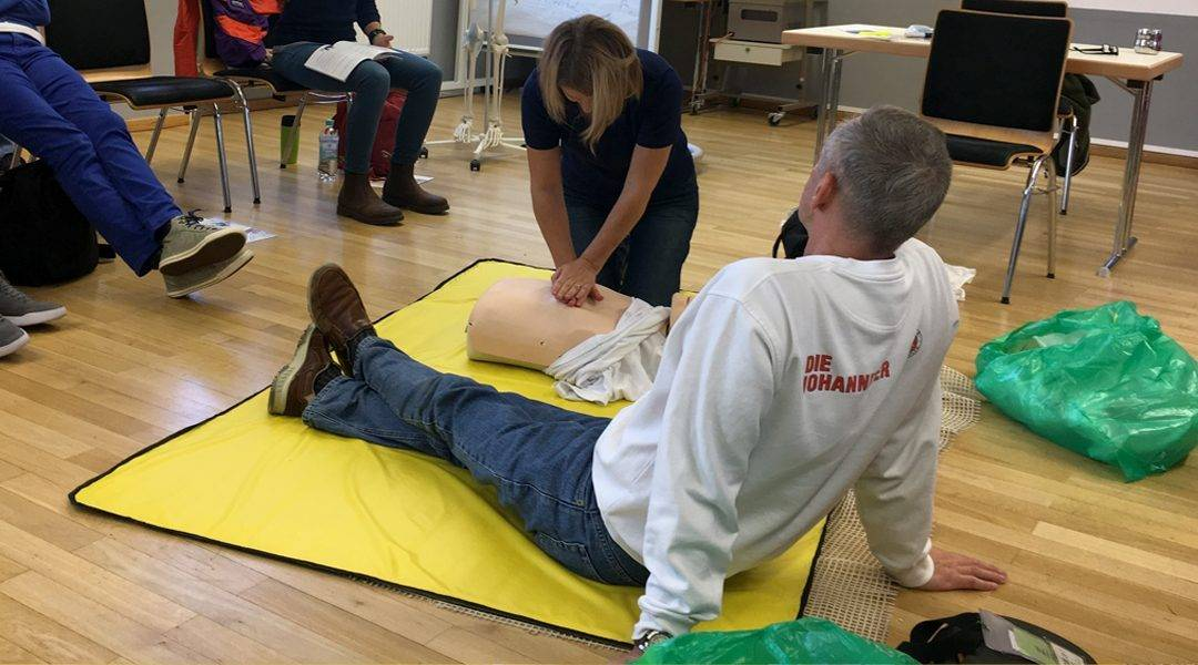 Erika nimmt eine Herzdruckmassage im Rahmen der Reanimation vor.