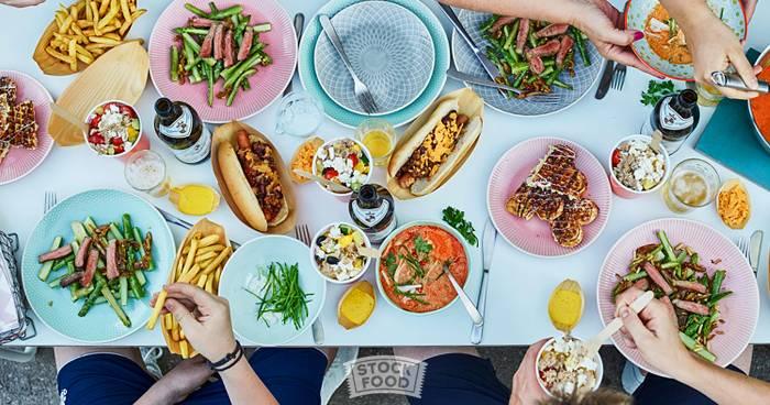 An der langen Tafel – Table Shots und die neue Art zu dinieren
